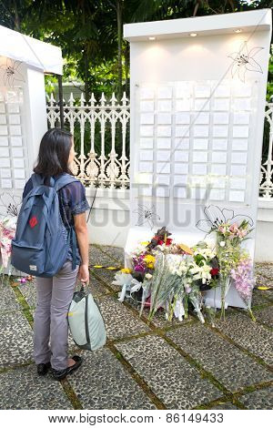 03 SINGAPORE - MARCH 23 : Woman paying last respect to the late ex prime minister of Singapore, Mr Lee Kuan Yew. Mr Lee died due to ill health, Mar 23, 2015, Singapore