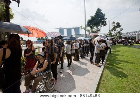SINGAPORE - MARCH 24:  Lines of people  queuing up to pay last respect to the late Mr Lee Kuan Yew,ex prime minister of Singapore,lying in state at the parliament house. Mar 24, 2015, Singapore.