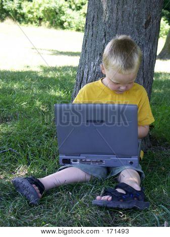 Niño y computadora