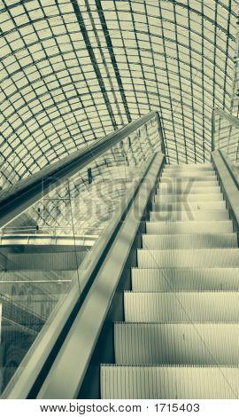 Escaleras mecánicas en un centro comercial