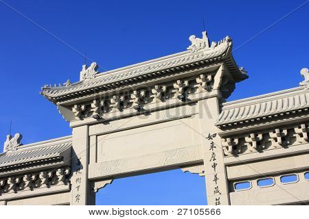 stone torii and blue sky, and the chinese word is heroic couplet.