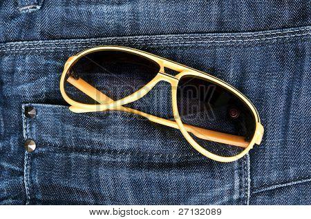 Jeans Tasche Closeup mit Sonnenbrille