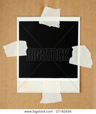 leere Fotokarte mit Klebeband auf der Pappe