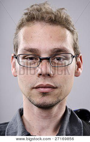 Retrato de hombre flaco de gafas en estudio