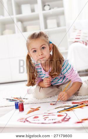 kleine Künstler Mädchen Malerei ein Meisterwerk kniend auf dem Boden
