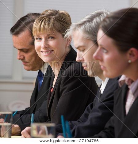 Happy Businesswoman am Bedienfeld des co-Arbeitnehmer