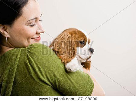 gewidmet Frau holding und beruhigend Haustier Hund