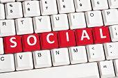 Постер, плакат: Социальная слово на белом клавиатуры