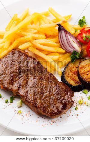 Grilled beefsteak and vegetables