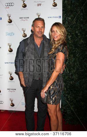 LOS ANGELES - 21 de setembro: Kevin Costner chega na recepção do Primetime Emmys artistas indicados no