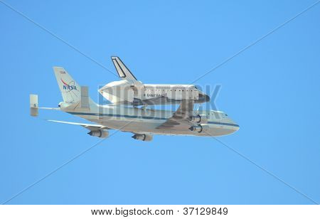 LONG BEACH, CA - SEPTEMBER 2012: Fliegt das Space Shuttle Endeavour Piggyback-über südlichen Wiscon