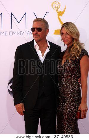 LOS ANGELES - 23 de setembro: Kevin Costner chega 2012 Emmy Awards, no Nokia Theater, em 2 de setembro