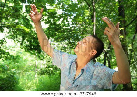 Guy in Holz mit rised Händen wie Direktor der Vögel