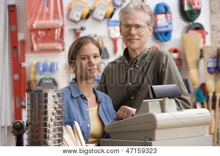 Padre e hija sonriendo en las Ferreterias