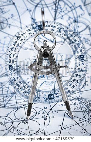 Transportador en el fondo de fórmulas matemáticas y algoritmos
