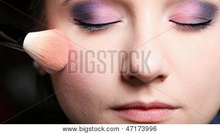 Rosto maquiagem aplicando o blush de Rouge