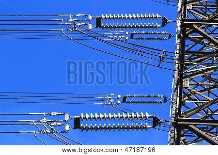 Elektrische Hochspannungs-Säule. Closeup von Isolatoren. Himmel Hintergrund