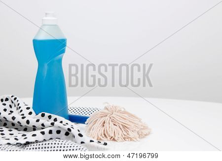 Geschirrspülmittel, Geschirrtücher und Pinsel