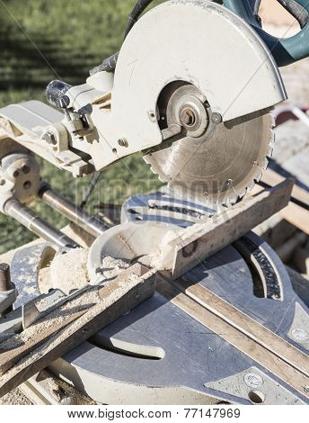 electric circular saw to cut wood