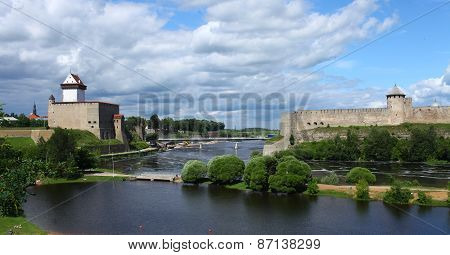 confrontation medieval fortress of Narva and Ivangorod fortress