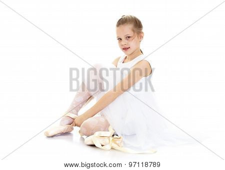 The girl wears Pointe shoes