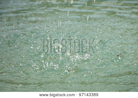 Photo small splashes on turquoise water surface