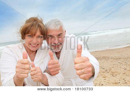Happy senior Couple auf Spa Resort beach