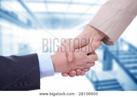 Hombres de negocios en un apretón de manos en la oficina