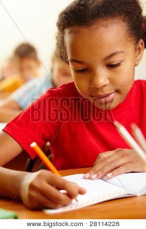 Retrato de niña preciosa dibujo con lápices de colores en la lección