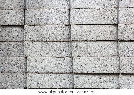 Cuatro pilas de adoquín rectangular gris en una ferretería