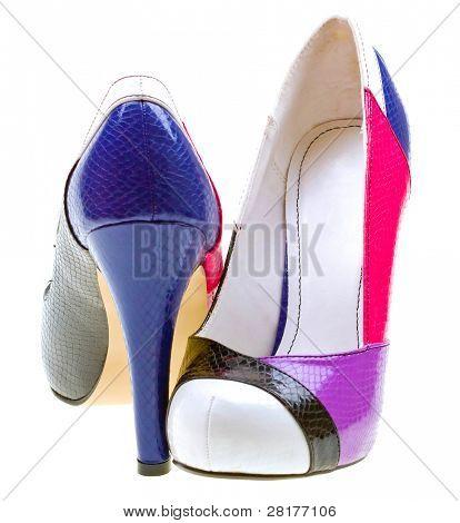 Farbe weibische Schuhe isoliert auf weißem Hintergrund