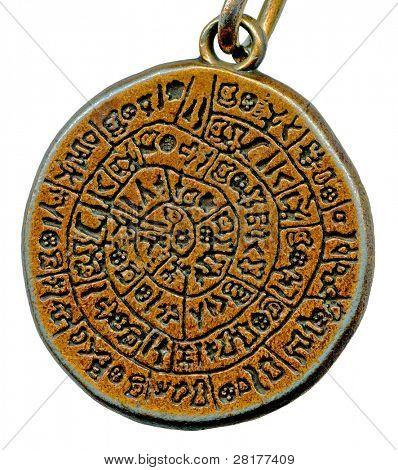 Amuleto de misterio vintage de metal viejo aislado sobre fondo blanco