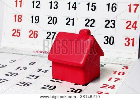 Casa em miniatura nas páginas do calendário