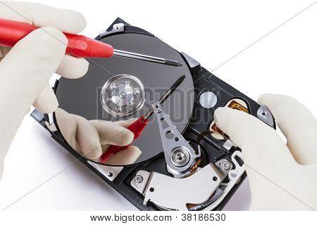 Técnico con disco duro abierto