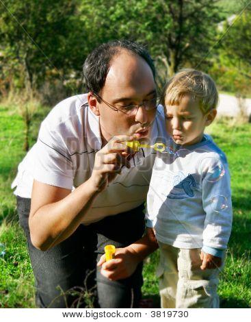 Vater und Sohn die Seifenblasen