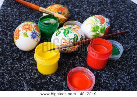 Ostereier und Farbe für die Malerei auf einem dunklen Hintergrund