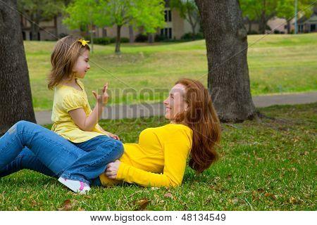 Filha e mãe jogando contando mentira Parque gramado