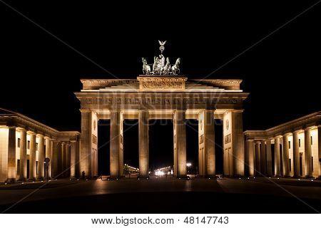 Por la noche la puerta de Brandenburgo en Berlín Alemania