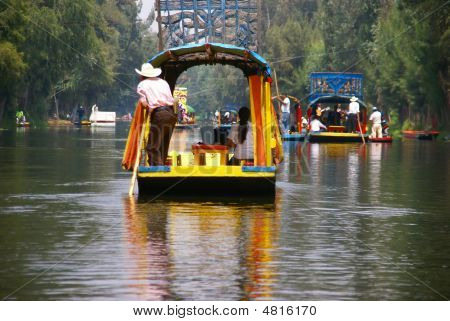 Barqueiro Poling brilhantemente colorido do barco