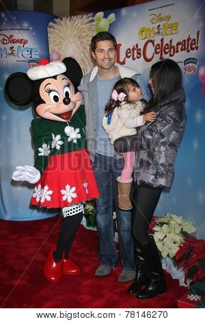 LOS ANGELES - DEC 11:  Eric Winter, Sebella Winter, Roselyn Sanchez, Minnie Mouse at the