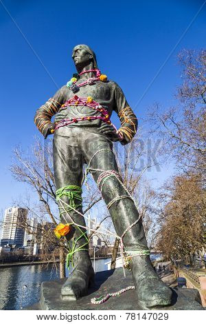 Statue Der Hafenarbeiter At The Bridge In Frankfurt