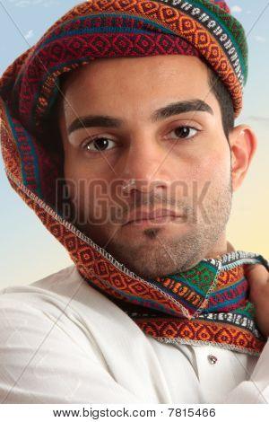 Homem árabe usando turbante