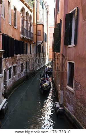 Venice Gondolier in  acanal