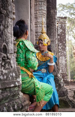 Dancers preparing to the khmer Apsara Dance