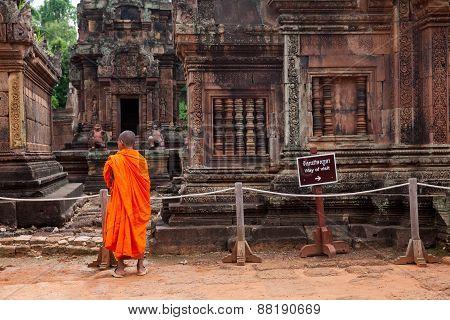 uddhist monks observing Banteay Srei Temple