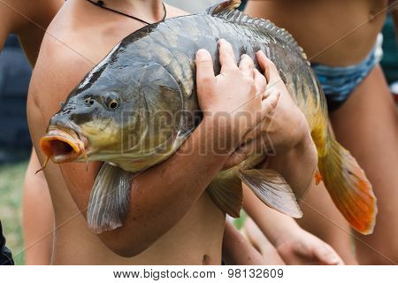 Children Caught A Huge Carp Fishing And Keep It