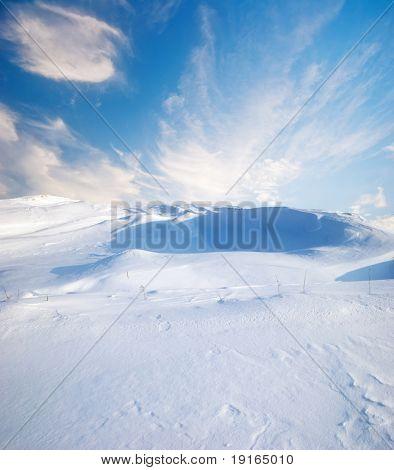 paisagem de inverno com céu azul profundo