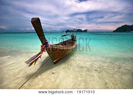 Boot im tropischen Meer. Phi Phi Island. Thailand