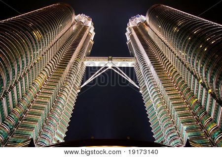 Die Petronas Towers in der Nacht. Kuala Lumpur City. Malaysien