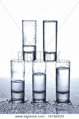 Una hilera de vasos de vodka